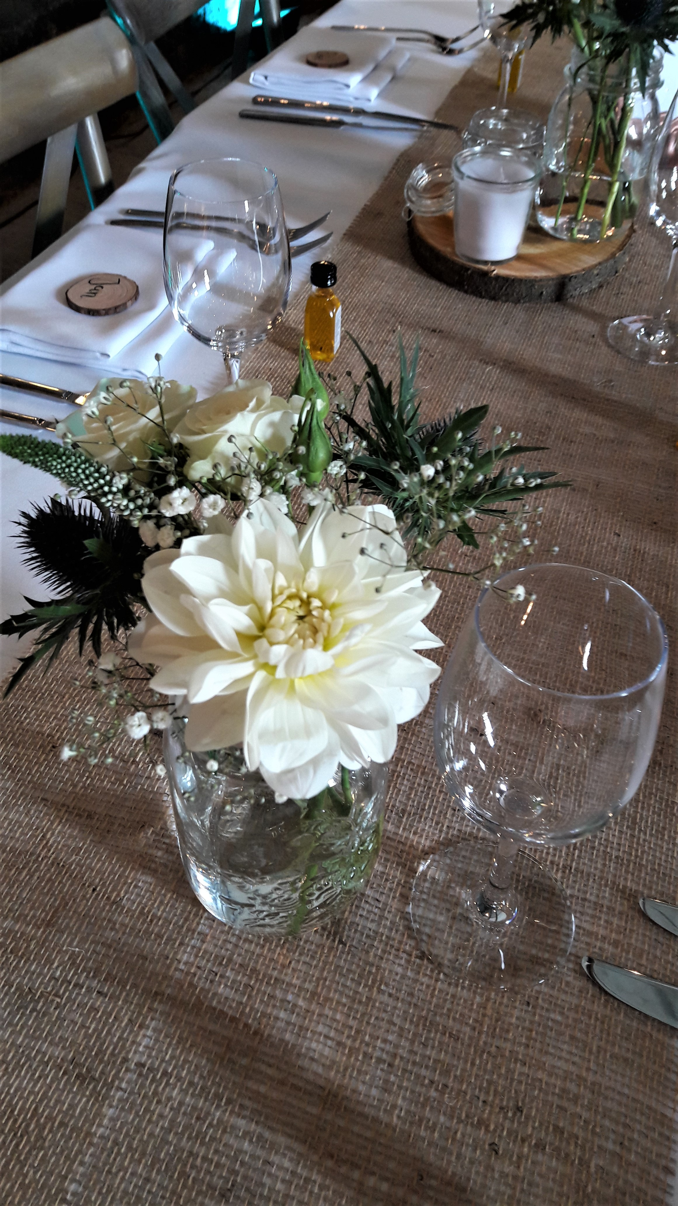 Feestelijke bloemen bukett for Tafeldecoratie huwelijk